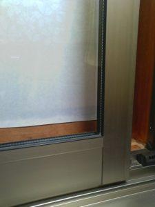 はっ水スプレーでそうじして約3か月後の窓(外から撮影)スプレーしてない時に比べて、汚れ付きがグンと減った。